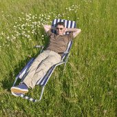 Ein Mann ruht sich in freier Natur aus